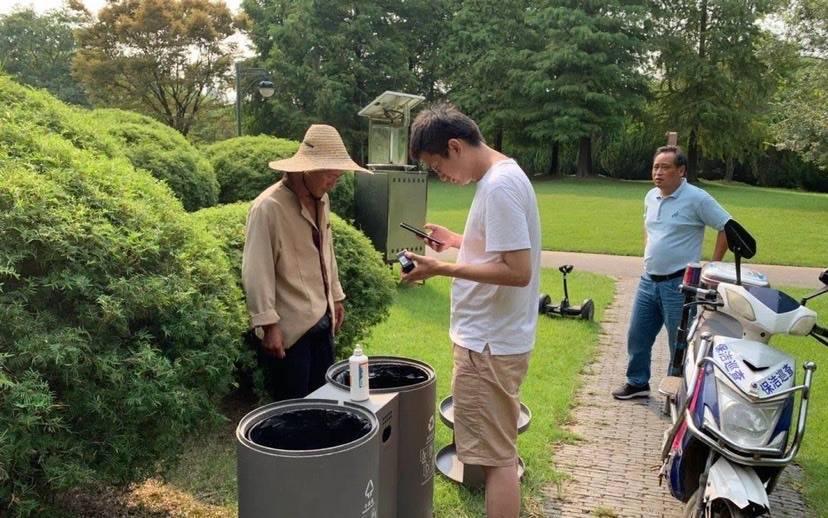 """上海滨江森林公园引入""""智慧垃圾箱"""" 改变传统垃圾清运模式"""
