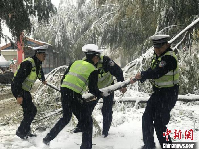 """甘肃大范围降雪致局地交通受阻 多部门""""以雪为令""""保畅通"""