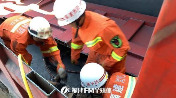 惊险!货车车厢板突然倒下,一切割工人被压!