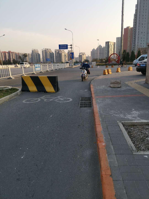交警整治柳村路,司机自行车道逆行场景不见了