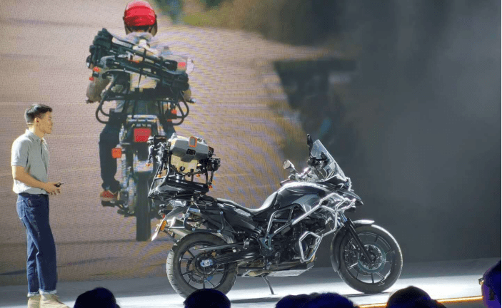骑上摩托车,载大疆无人机播种去