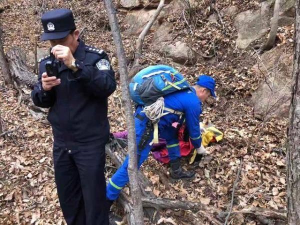 女子爬山坠崖 救援队三小时抬下山