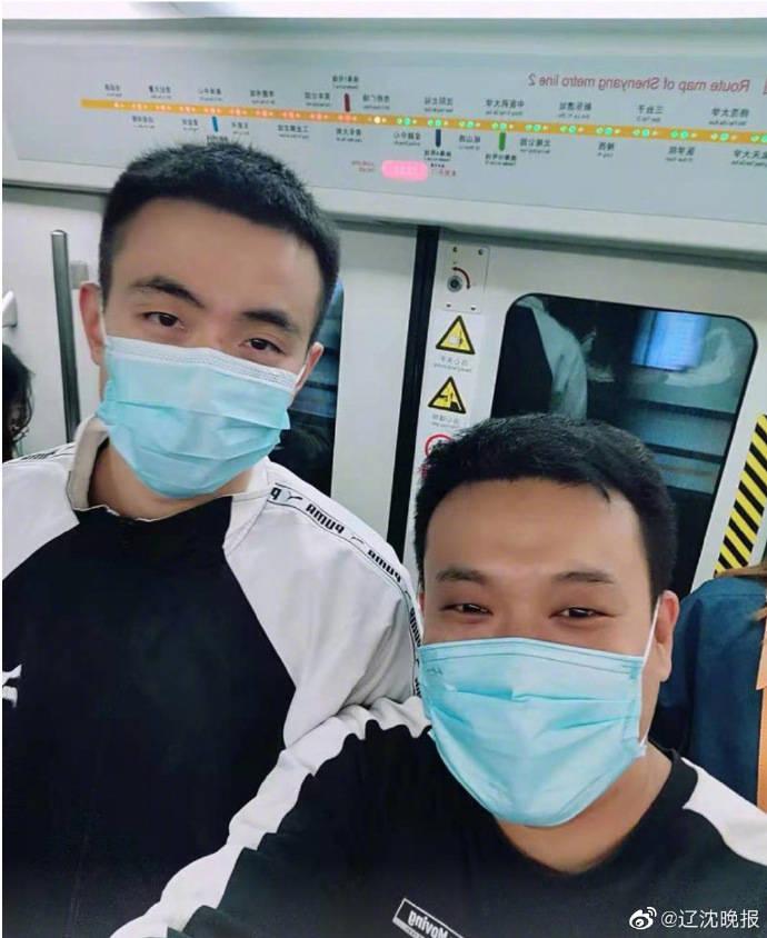 辽宁90后奶爸沈阳乘地铁被让座,感谢之后发现:竟然还是自己偶像