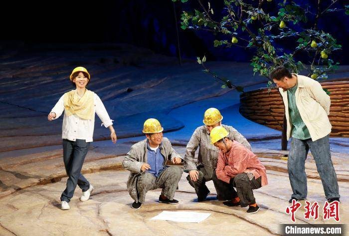 国话扶贫话剧《村里新来的年轻人》用小人物反映大时代