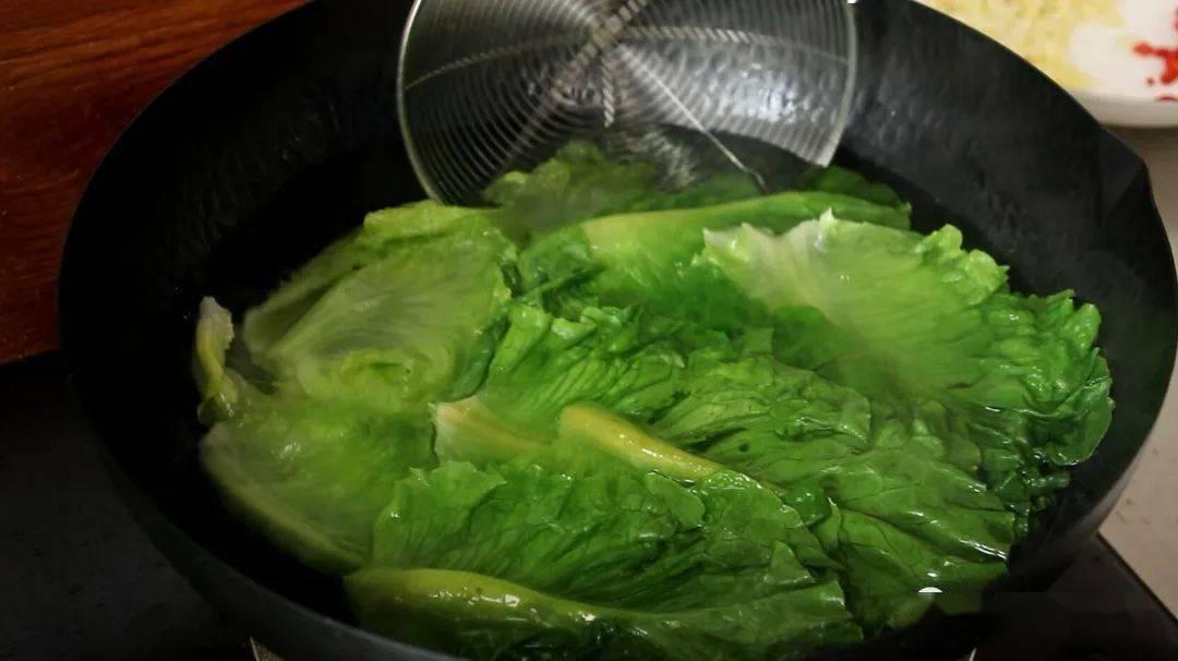 炒青菜为啥出锅总是发黑?大厨教你正确做法,青菜鲜嫩翠绿不发黑