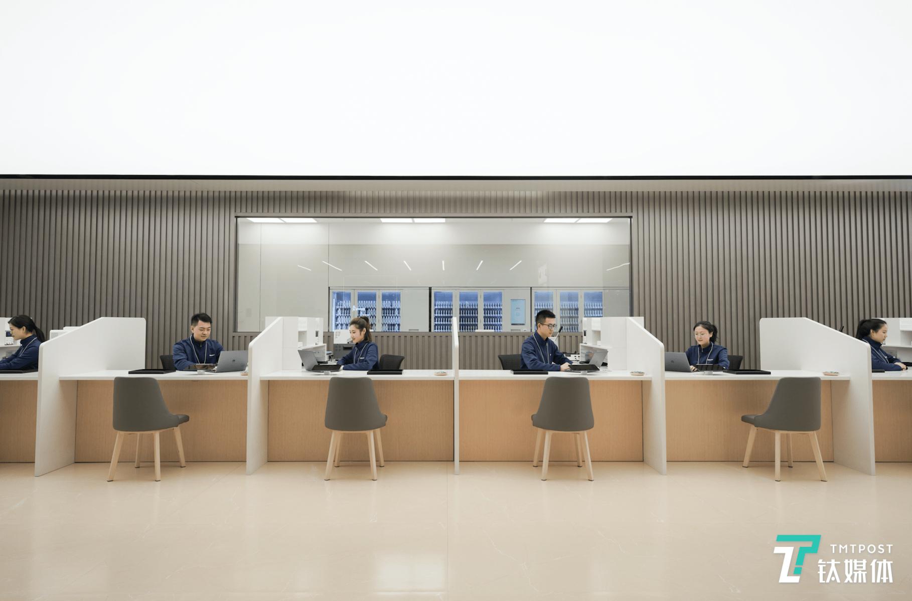 探秘华为新模式客户服务中心:不止有智能机器人,还有高标准服务