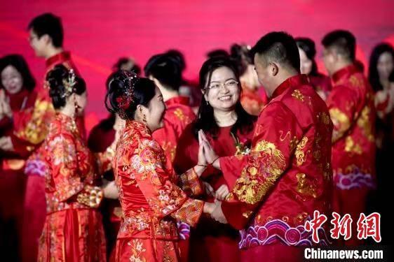 """抗疫""""战袍""""换""""婚衣"""" 山西22对新人举行集体婚礼"""