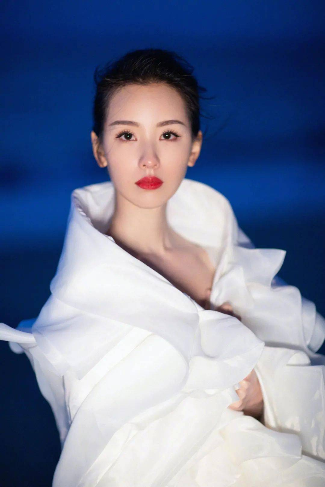 快讯 | 李现红毯、易烊千玺颁奖典礼、王嘉尔封面、周冬雨活动