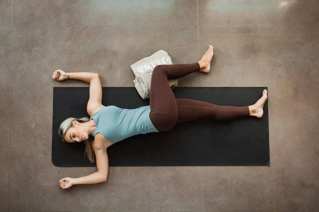 每天练练这8个瑜伽体式,千年老腰再也不痛啦!_动作