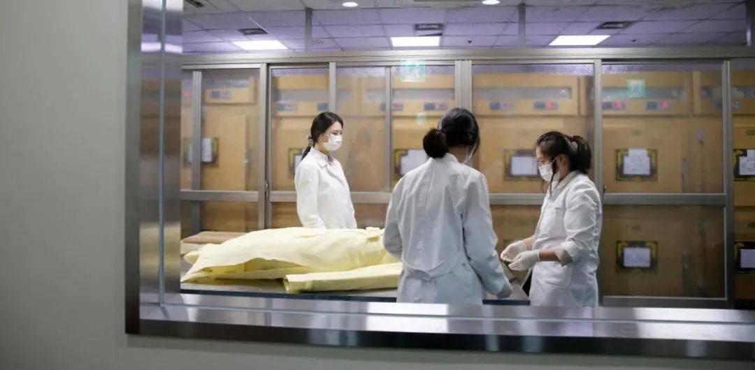 越来越多的女孩选择去给死者化妆、按摩 | 请看见殡葬业里的女性力量