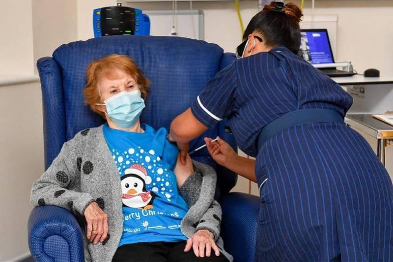 90岁女子成英国接种新冠疫苗第一人!女王也在首批名单