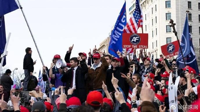 特朗普支持者又聚集华盛顿:数千人头戴红帽,暴力冲突中有人中枪