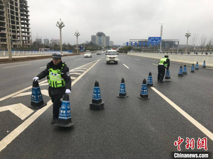 贵州省28条高速公路出现路面结冰 交警连夜开展抗凝保畅工作