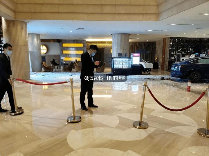 太突然!一辆特斯拉冲进杭州温德姆酒店大堂,司机喊冤:我有40年驾龄了,真没踩油门