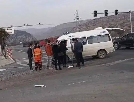 公交车与救护车相撞后坠桥,1死14伤