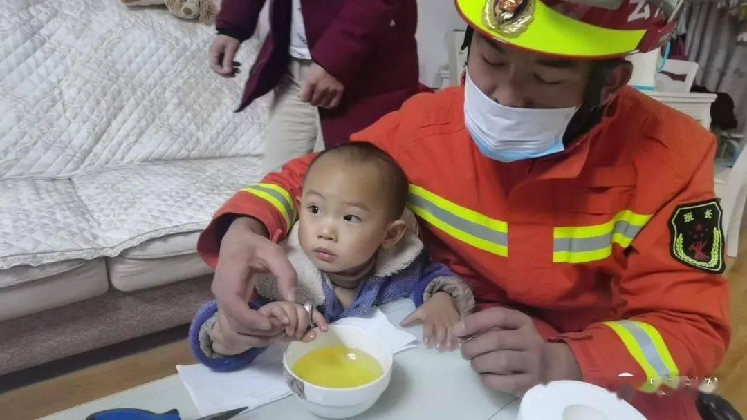 疼!东盟森林未来港一小孩右手被卡 昆明消防紧急出动!