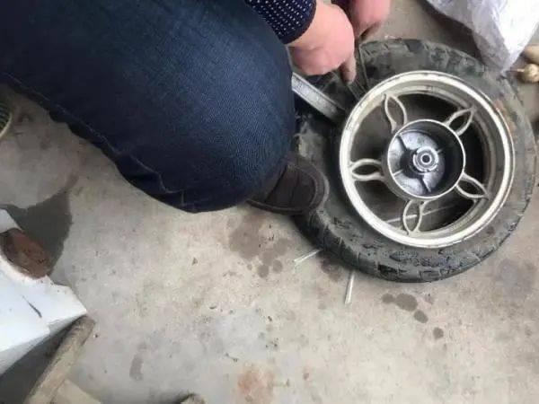 焦作男子车胎被偷,怒报警!警察到现场问了几句话后,把他抓了!这?