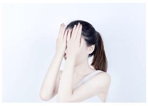 学化妆教程:眼部细纹多,这样涂抹眼霜才正确!