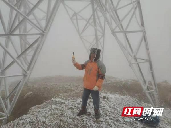 战寒流丨风力每秒钟17米的仰天湖他绑上沙包出来测冰