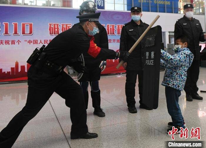南宁铁路公安举办警营开放活动 旅客现场体验警用枪支和机器人排爆
