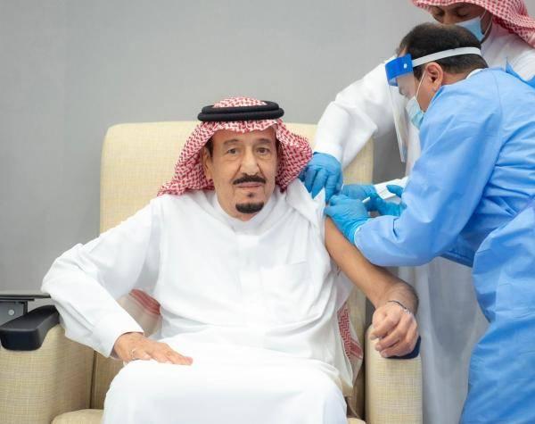 85岁沙特国王公开接种新冠疫苗 两次低头看手表(图)