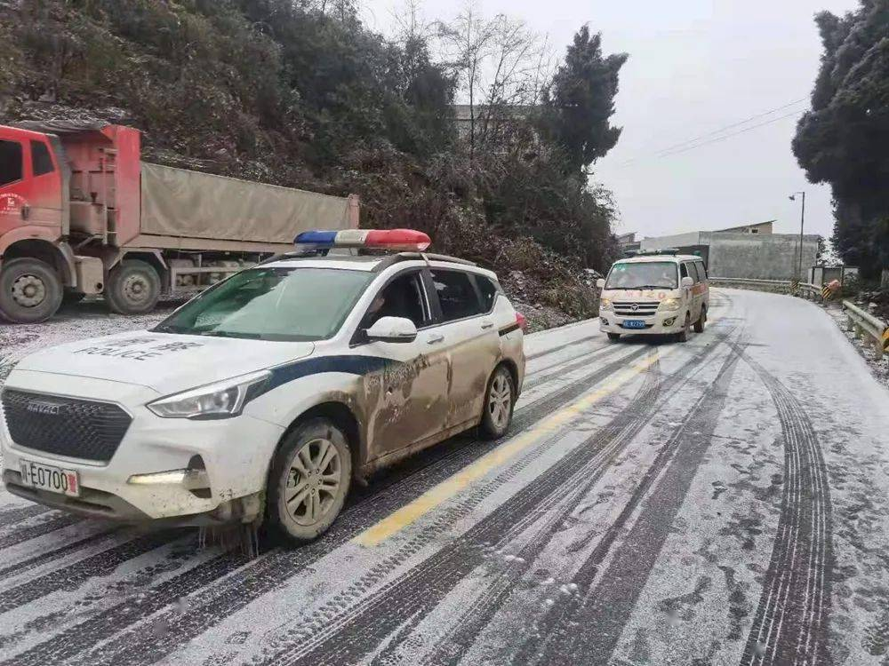 """警车开道!泸州孕妇临产遭遇冰雪封路,他们打通16公里""""生命通道"""""""
