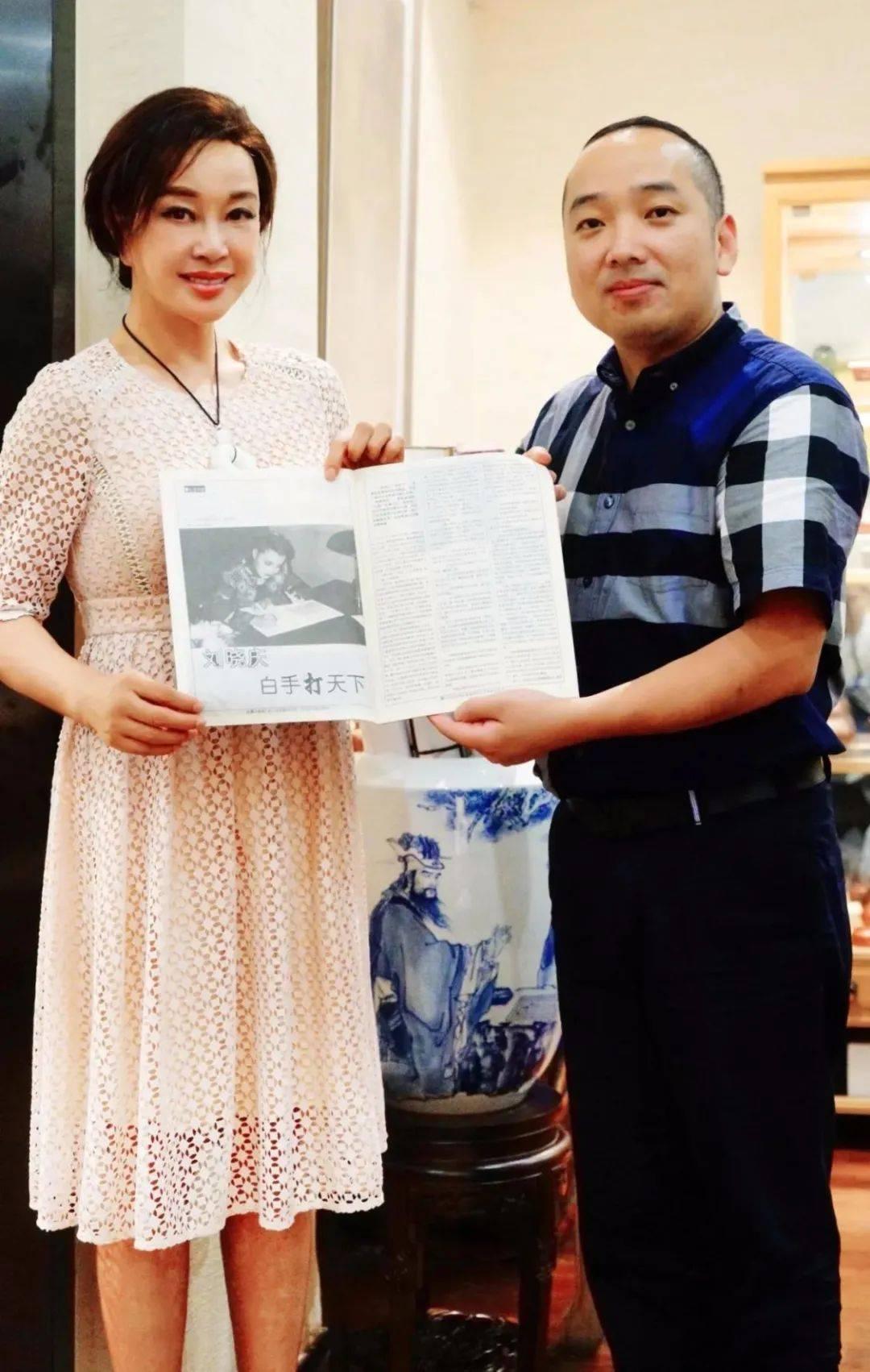 刘晓庆晒合影,脸僵硬做表情都一样,老了就该顺其自然接受衰老!
