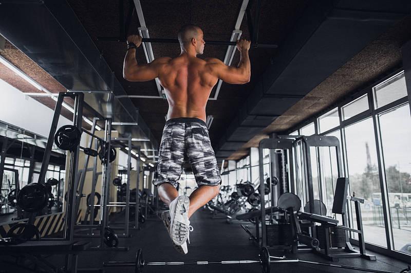 一个标准的引体向上,怎样去练习,才能够让效果最大化?_健身