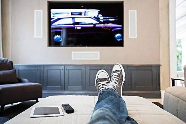 干翻小米!LG造了一台透明电视,竟能从床尾升起来