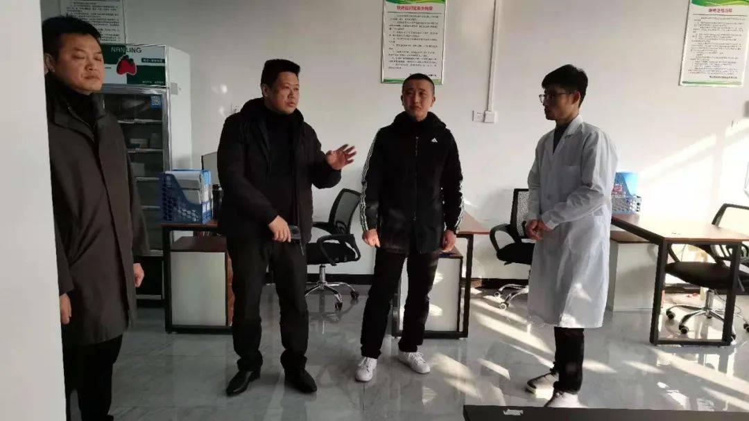 秀山县市场监督管理局局长田兴明一行深入华南生鲜市场检查指导疫情防控专项工作