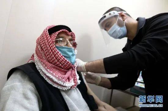约旦首相接种中国新冠疫苗
