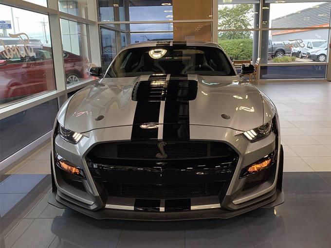 """福特的""""最佳野马""""在店里大放异彩!以5.2升带赛车条纹的V8/为例"""