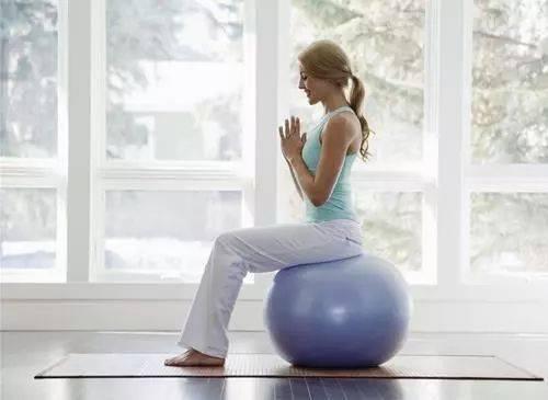 """40岁以上女性经常腰酸背痛?9个简单的""""靠墙""""动作每天练!"""