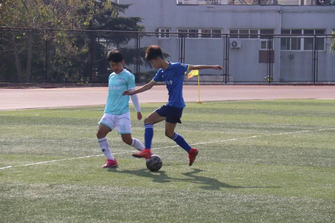 校园足球比赛通讯稿_2021小学足球校园比赛策划方案_中组部组工通讯登稿