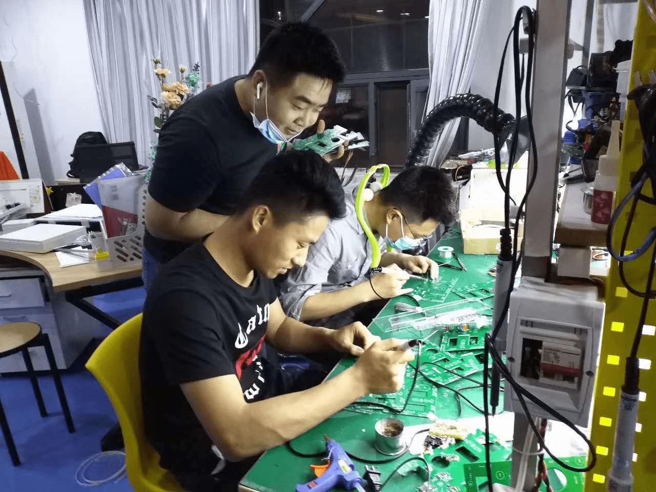 机器人教育老师研究设备