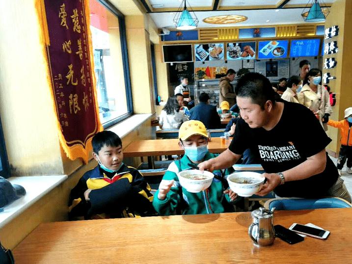 """青海福犇福餐饮有限公司举办""""六一献爱心""""英国威廉希尔公司中国网站活动"""