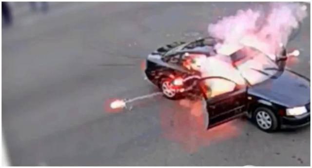 美国男子开车朝示威人群丢炮仗,下一秒被人扔回车内炸开花