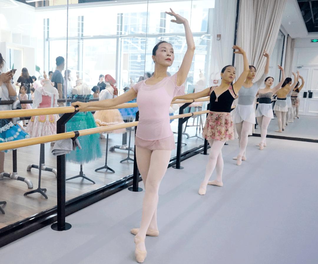 学芭蕾舞最晚年龄(后悔让女儿学芭蕾)