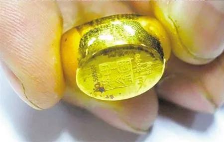 金戒指掉色,女子补差价换更高纯度戒指还掉色,商家:是你粘了东西!