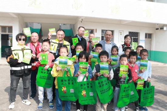 宿松县森林防火志愿者协会在献爱心中宣传森林防火
