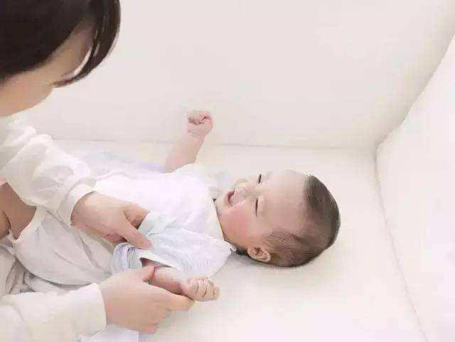 别给宝宝乱添衣 娃冷不冷 摸摸这个部位就知道