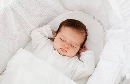 宝宝三个月之后就得用枕头?出现三个行为再枕不迟 太早易伤脊椎