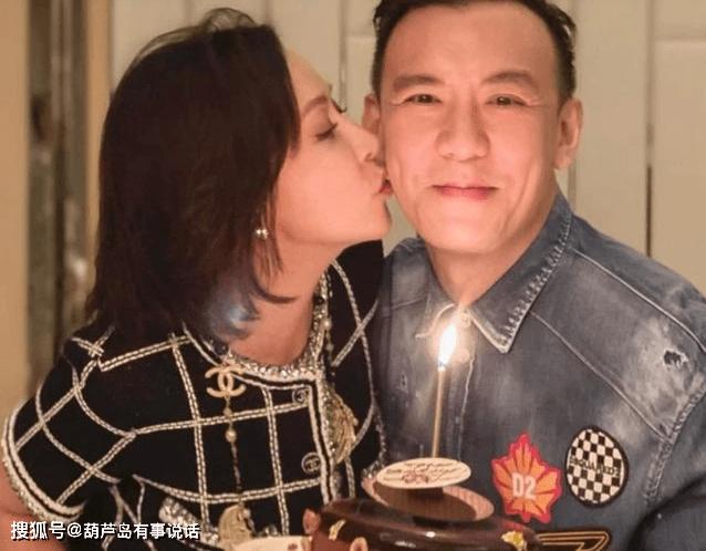 刘嘉玲参加朋友生日会,亲吻男友人脸颊,开朗活泼不怕梁朝伟介意