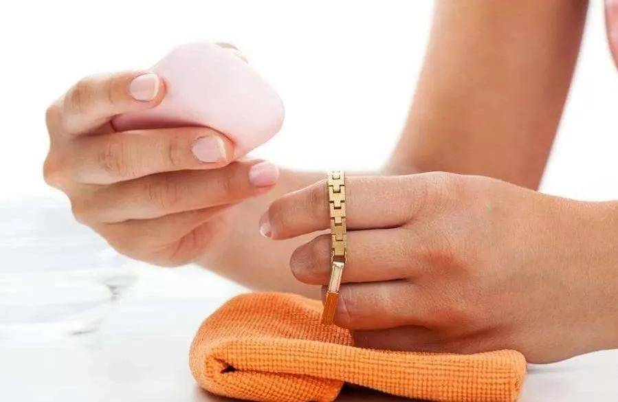 """黄金、铂金钻戒戴久了,不如以前亮?一招让你的戒指再""""闪""""起来!"""