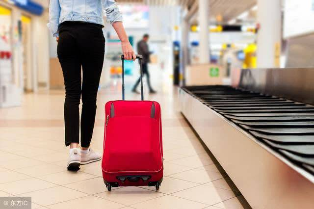 飞机随身可以带两个包吗(坐飞机可以托运多少公斤的行李)插图(1)