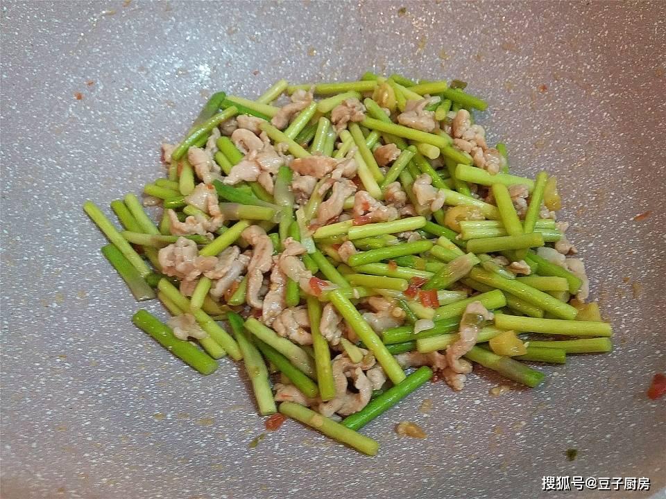 炒蒜苔要不要焯水?大厨教你一招,蒜苔又绿又脆还入味,超下饭