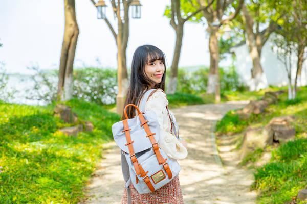 为何外国人旅游偏爱背包,而中国人喜欢拖行李箱?原因竟有这些