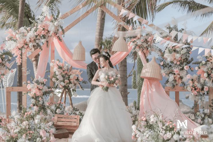 想在海边举行浪漫清新的粉白婚礼?