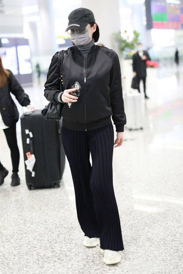 原创             胡杏儿的时尚真难懂!穿棒球外套配针织毛裤,身形壮硕似路人大妈