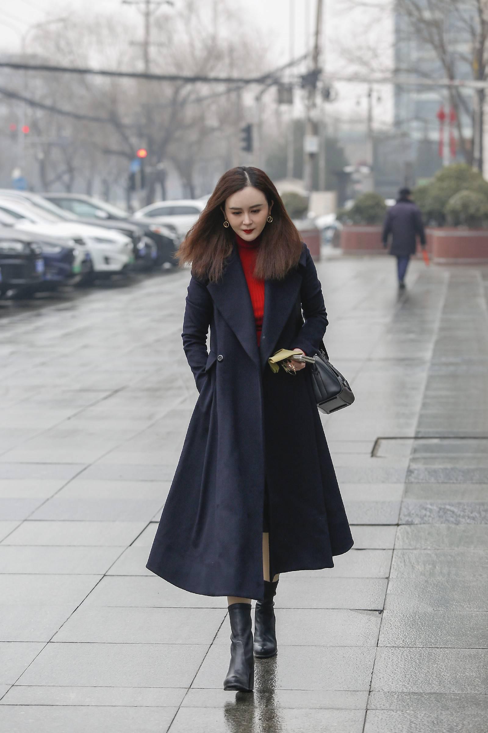 《【摩臣在线登陆注册】刘竞黑色大衣A到爆 商务干练时尚完美结合》